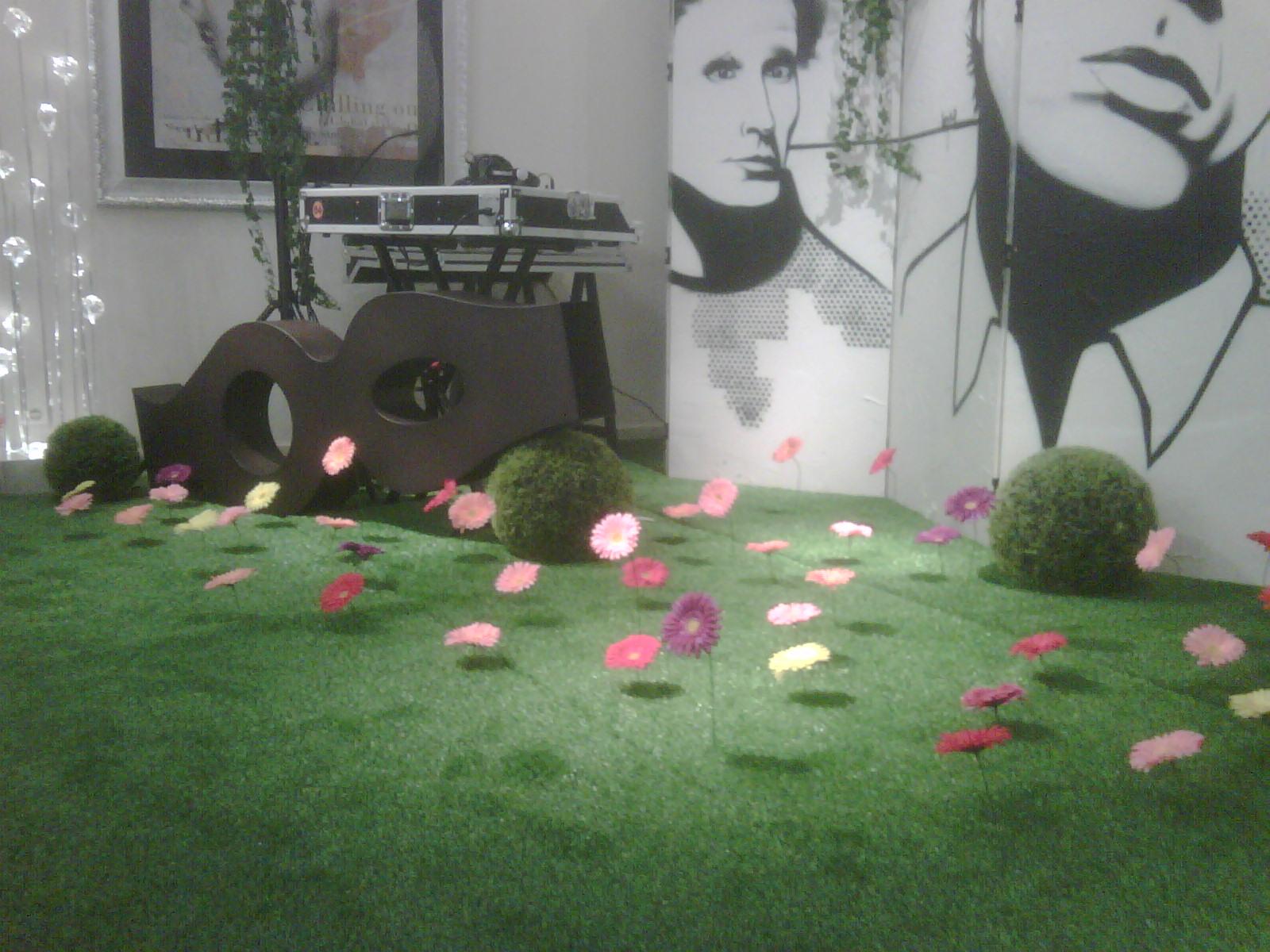 décor-gazon-synthétique-fleurs-artificielles